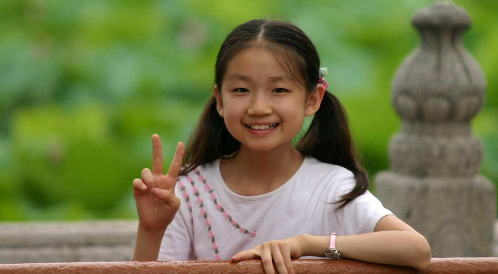 girl peace sign 787078831_afafac071f_o 1000x550